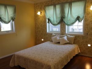 大胆な花柄のクロスをアクセントに使った主寝室。