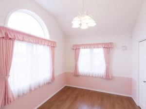とってもかわいい子供部屋。半円の窓からは明るい日差しが差し込みます
