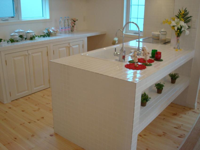 キッチンの反対側にもタイルを貼った棚があるので、雑貨などを飾ってかわいく。