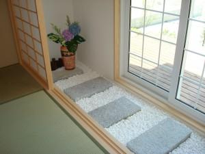 和室の前には玉砂利と踏み石を敷いたアプローチがあります