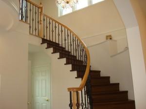 玄関を入ると目の前に見える優雅なサーキュラー階段