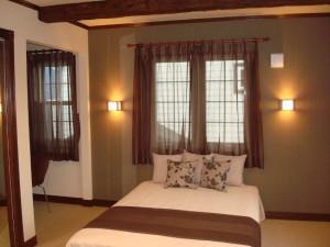 アジアンなイメージでまとめた主寝室。室内には書斎コーナーもあります