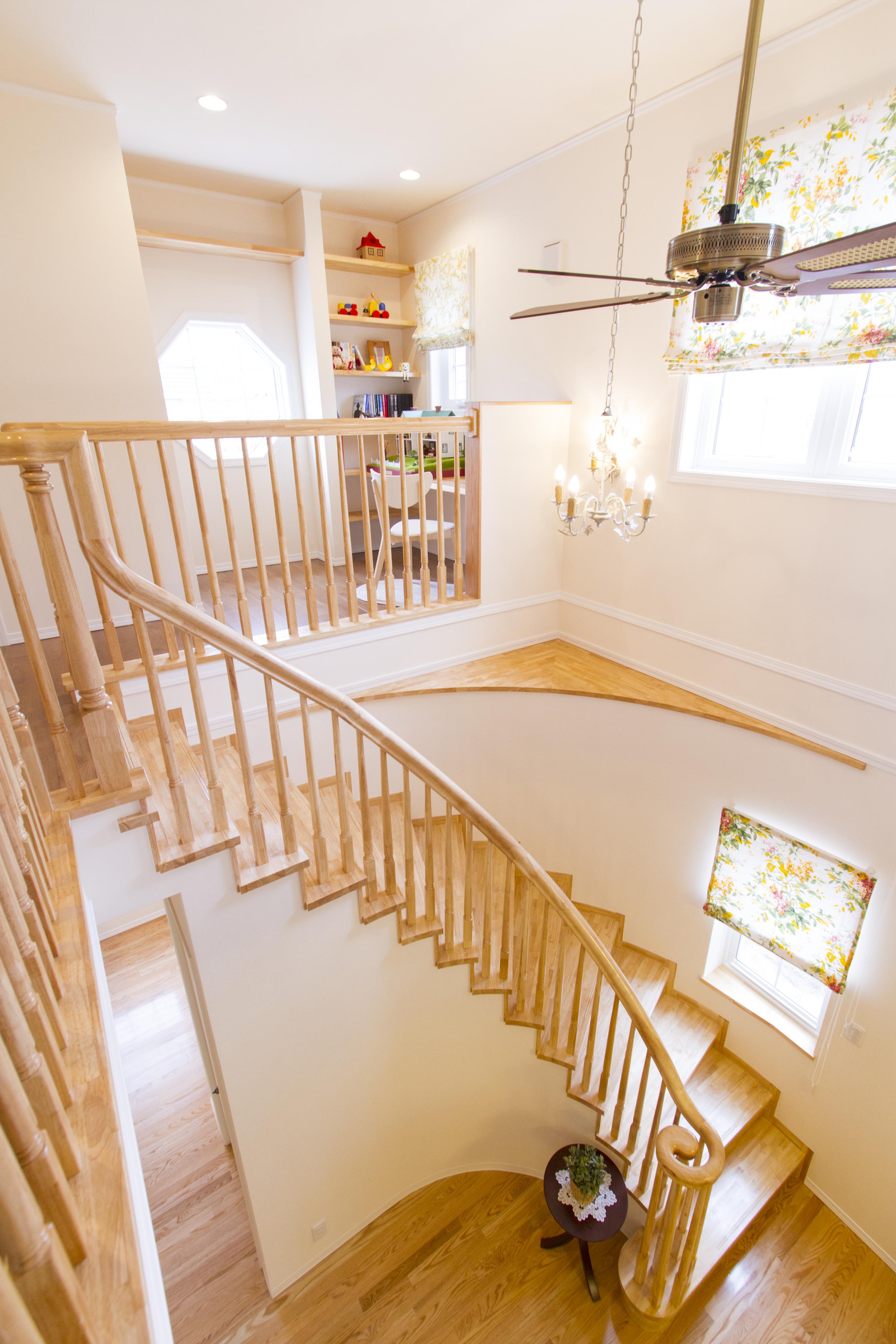 サーキュラー階段が優雅な空間を演出