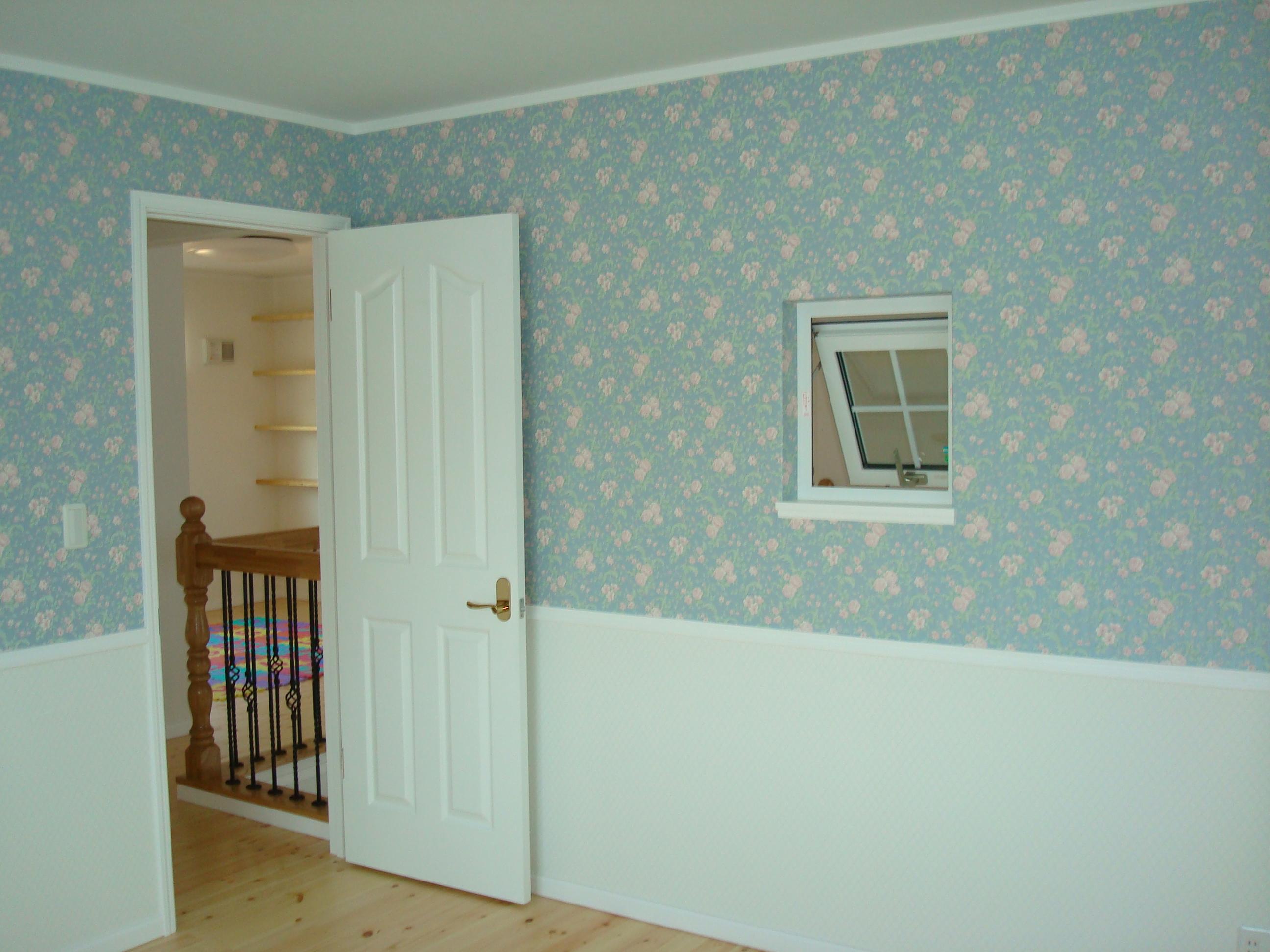 さわやかなブルーの花柄クロスが素敵な主寝室