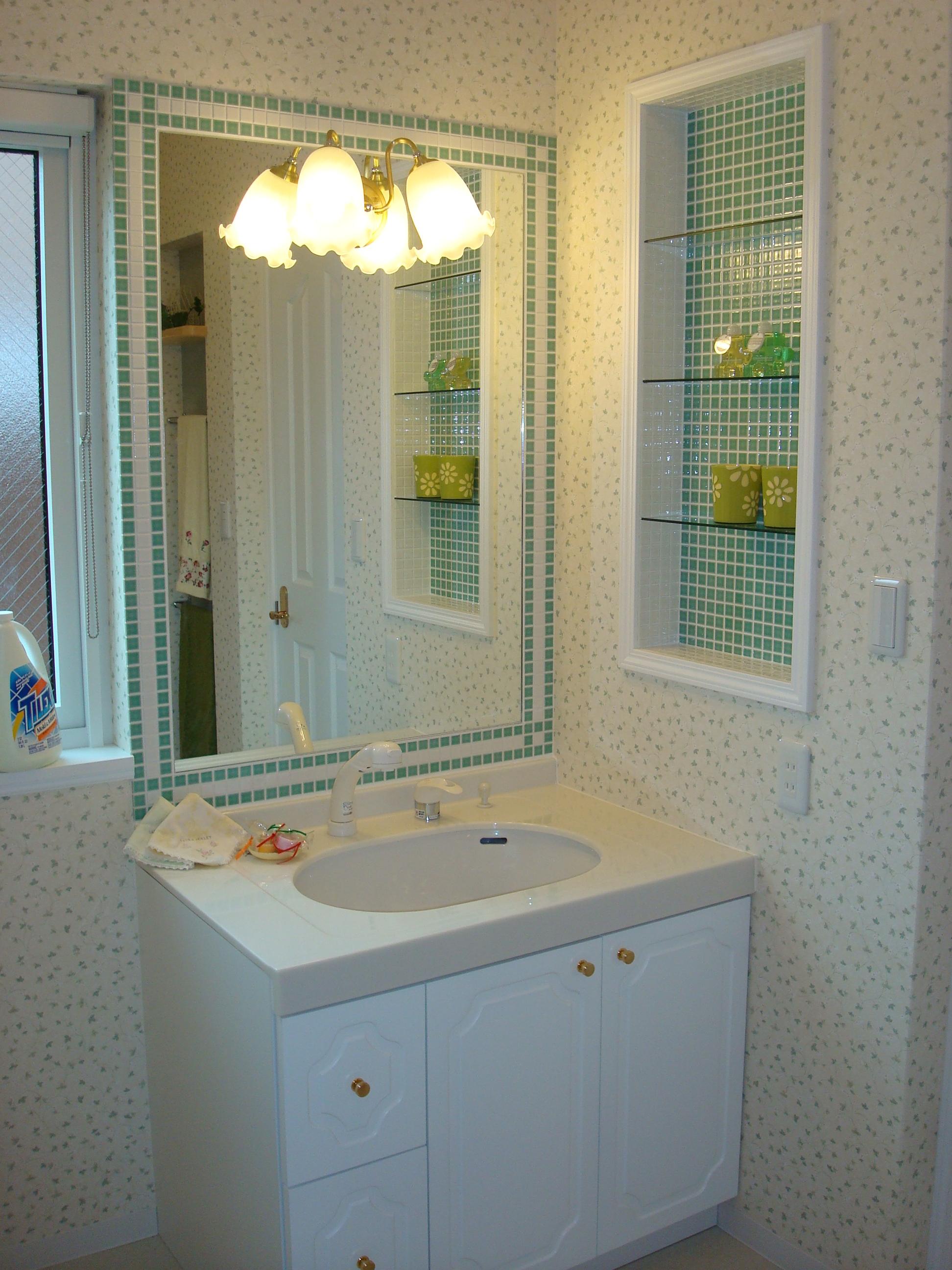 鏡のまわりとニッチ奥にタイルを使ったオリジナル洗面台