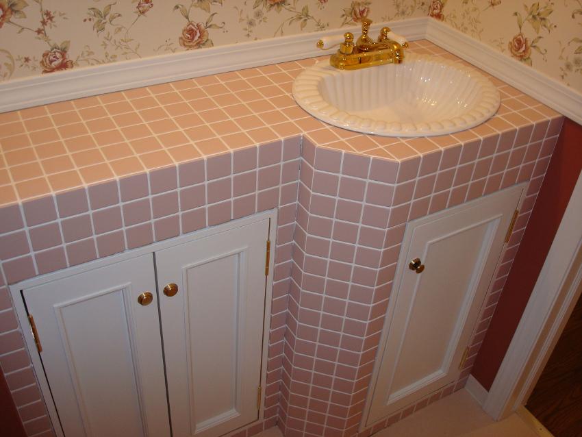 ピンクのタイルで作ったオリジナルのトイレカウンター