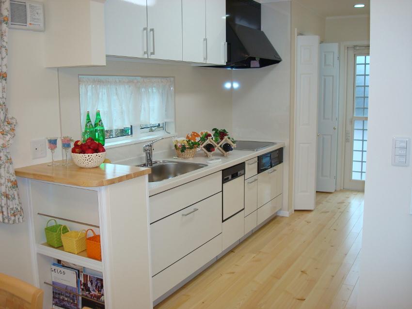 キッチン横のカウンターにはマガジンラックもついてます