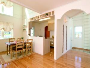 玄関ホールとキッチンの間の壁にはガラスブロックを配置