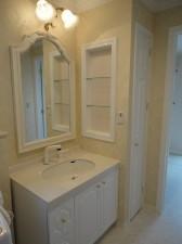 鏡や照明など、お客様のこだわりがつまった洗面室。