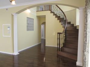 サーキュラー階段。階段手前には装飾柱もあります
