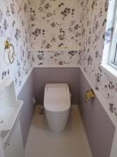 大人っぽい印象の壁紙でまとめたトイレ