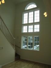 大きな窓から入る光が明るい吹き抜け